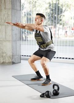Full shot man training auf yogamatte
