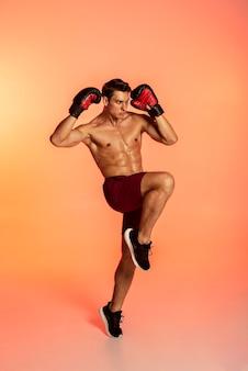 Full shot man training mit boxhandschuhen