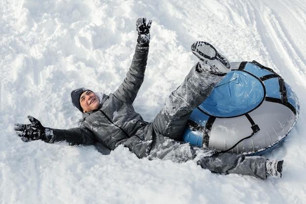Full shot mann, der spaß im schnee hat