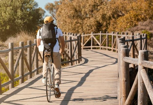 Full shot mann fahrrad fahren