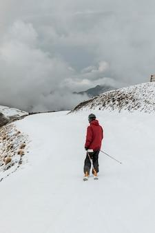Full shot mann im skigebiet