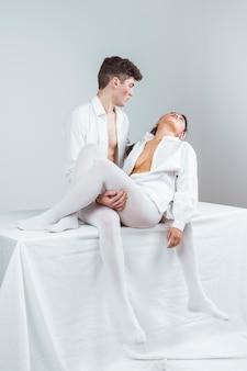 Full-shot-modelle in weißer kleidung