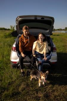 Full shot reisende mit hund in der natur