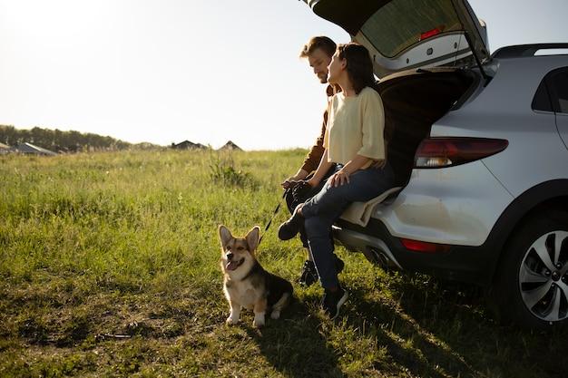 Full shot reisende mit hund