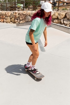 Full shot skater mit board im freien