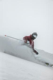 Full shot skifahrer mit ausrüstung