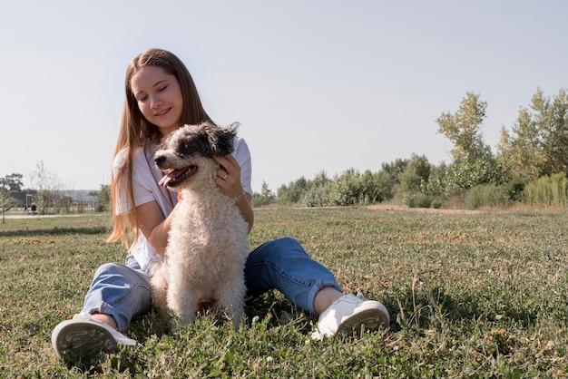 Full shot smiley frau streichelhund