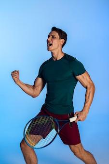 Full-shot-tennisspieler mit schläger
