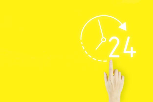 Full-time-service-konzept. handfinger der jungen frau, der mit hologramm 24 7 den ganzen tag die ganze nachtikone auf gelbem hintergrund zeigt. business-button 24-stunden-service