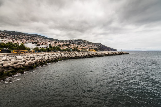 Funchal straße, hauptstadt der insel madeira, stadtbild mit hauptstraße am sonnigen sommertag. reisekonzept