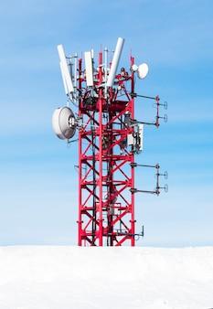 Funkantenne für mobilfunknetz am blauen himmel