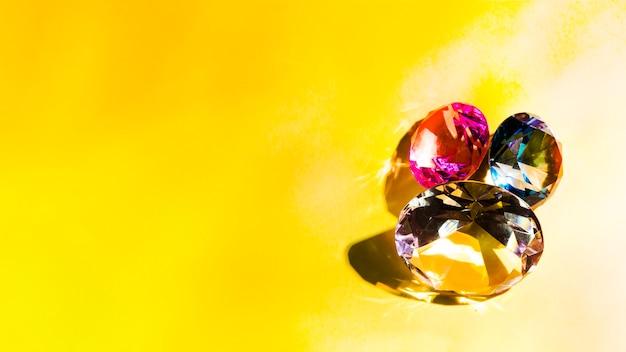 Funkelnde diamanten auf gelbem hintergrund