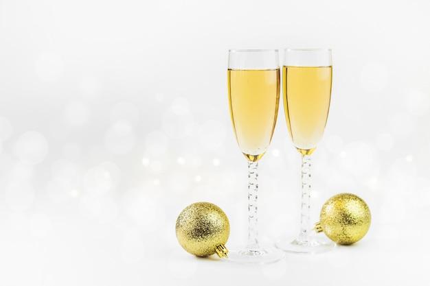 Funkelnder hintergrund des neuen jahres mit champagner und sternen. weihnachts- und guten rutsch ins neue jahr-konzept.