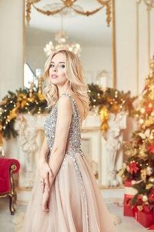 Funkelndes festliches kleid des weihnachtsporträt-mädchens