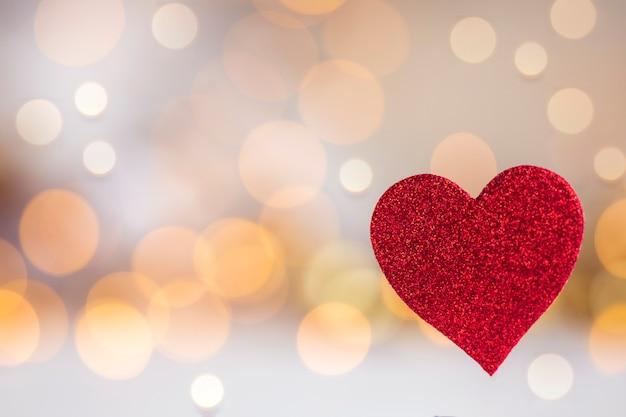 Funkelndes rotes herz mit buntem glänzendem hintergrund romantisches valentinstagkonzept mit platz für text