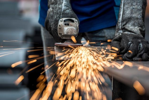 Funken bei der arbeit mit stahl in der fabrik