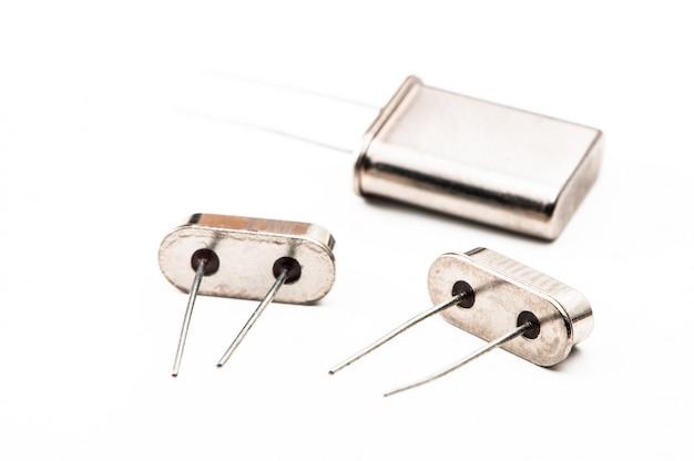 Funkkomponenten, quarzresonator mit drahtleitungen