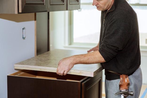 Funktionellere küche mit spüle, kochfeld und teilweise in der oberen küche