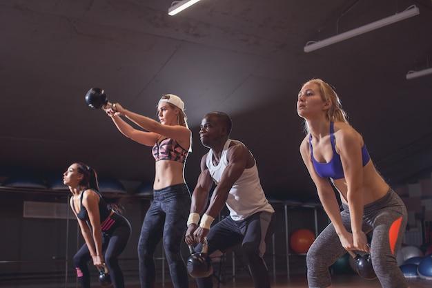 Funktionelles fitnesstraining im sport-fitnessstudio mit kettlebell