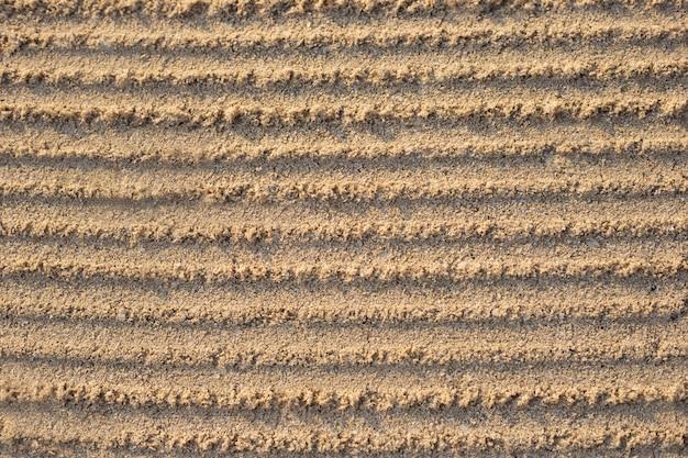Furchen im sand nach dem nivellieren.