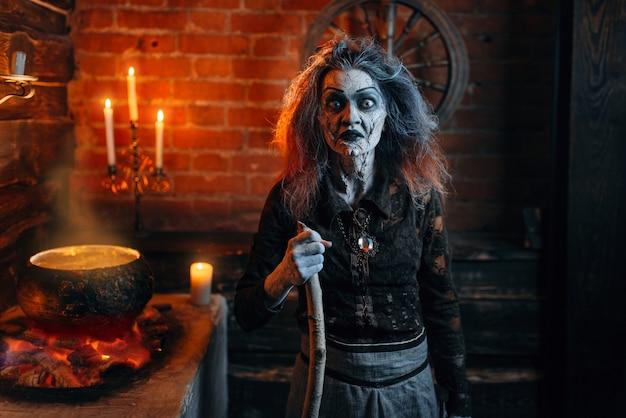 Furchterregende hexe auf spiritueller seance, kochend