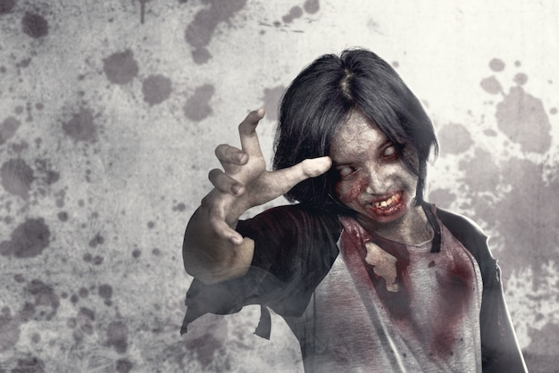 Furchterregende zombies mit blut und wunde an seinem körper, die auf der städtischen straße gehen