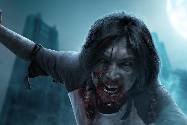 Furchterregender zombie mit blut und wunde am körper krabbelt