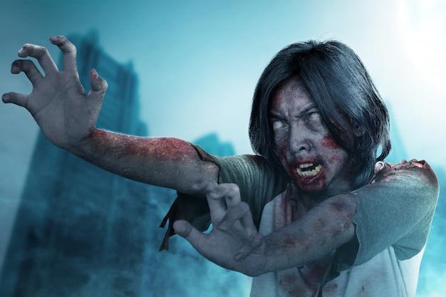 Furchterregender zombie mit blut und wunde am körper stehend