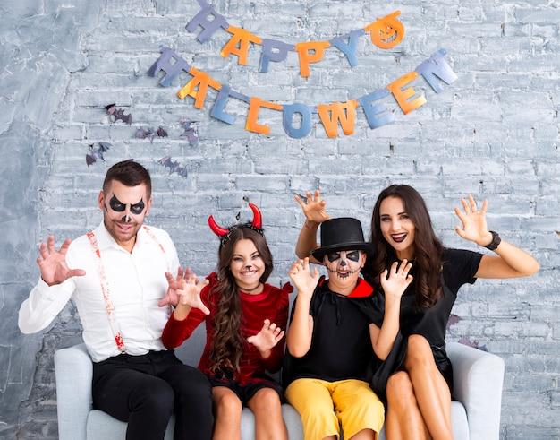 Furchtsame familie, die zusammen für halloween aufwirft