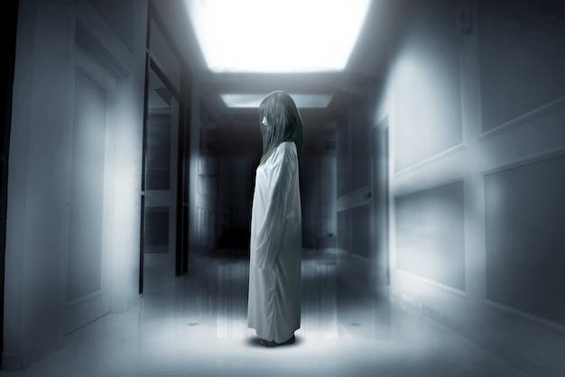 Furchtsame geisterfrau mit blut und wütendem gesicht verfolgte das verlassene gebäude