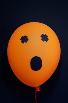 Furchtsame luftballons für halloween über schwarzem