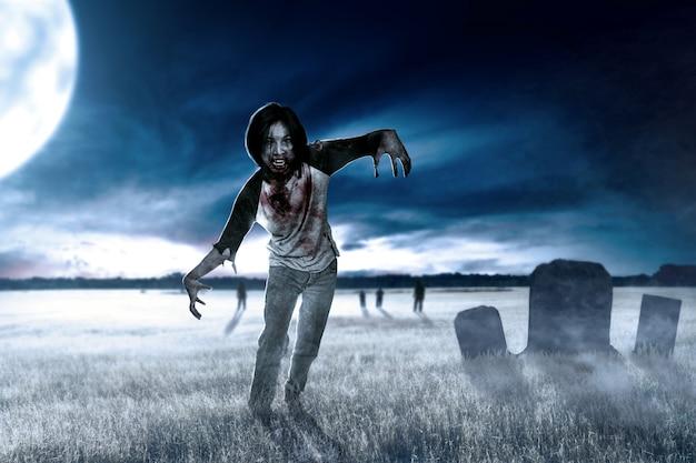 Furchtsame zombies mit blut und wunde auf seinem körper, der herum auf die rasenfläche geht