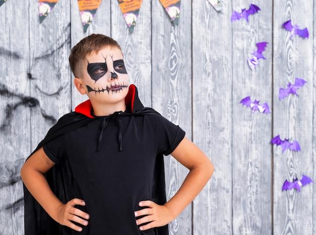 Furchtsamer junger junge, der für halloween aufwirft