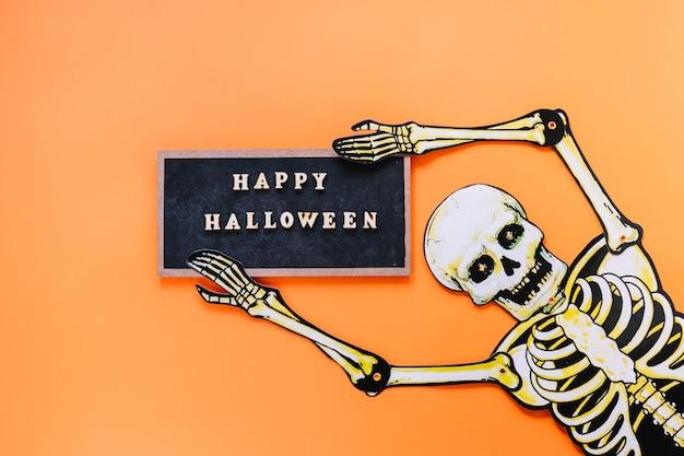 Furchtsames skelett mit tafel