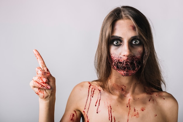 Furchtsames weibliches zeigen auf leeren raum