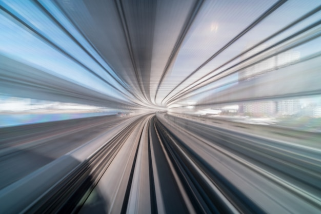 Furistische szene bewegungsunschärfebewegung von zug tokyos japan der yurikamome-linie, die zwischen tunnel sich bewegt