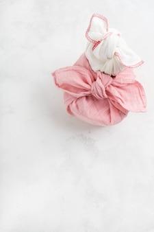 Furoshiki - asiatische technik von in stoff eingewickelten geschenken. das leinentuch wird traditionell zum transport von geschenken geknüpft.