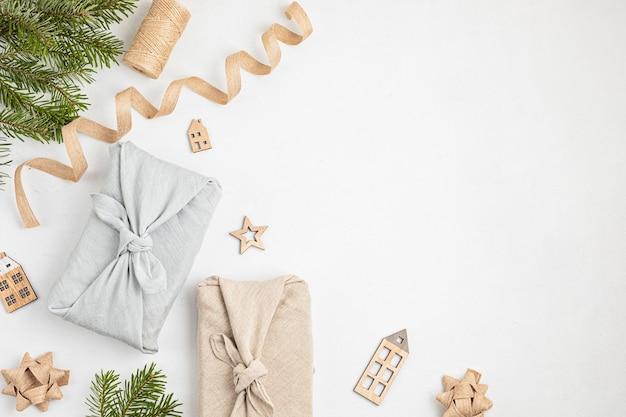 Furoshiki geschenke als umweltfreundliche alternative grüne weihnachtsgeschenke in kleidung gewickelt
