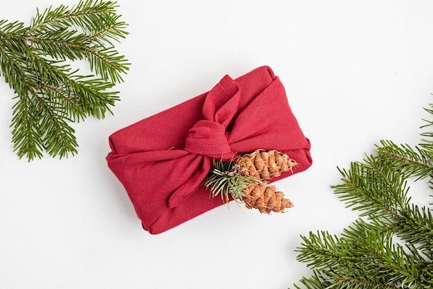Furoshiki geschenke umweltfreundliche alternative grüne weihnachtsgeschenke in kleidung eingewickelt