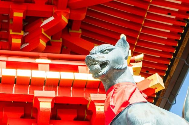 Fushimi inari stein fuchs guarda holztore. füchse werden geglaubt, um boten von gott zu sein.