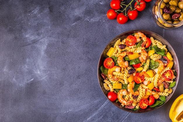 Fusili nudelsalat mit garnelen tomaten paprika spinat oliven