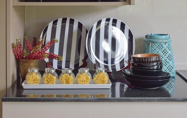 Fusilli-gläser und streifenplatteneinstellung auf der theke