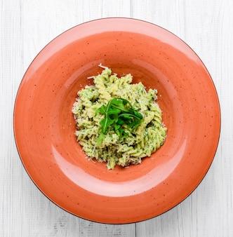 Fusilli-nudeln mit champignons und sauce