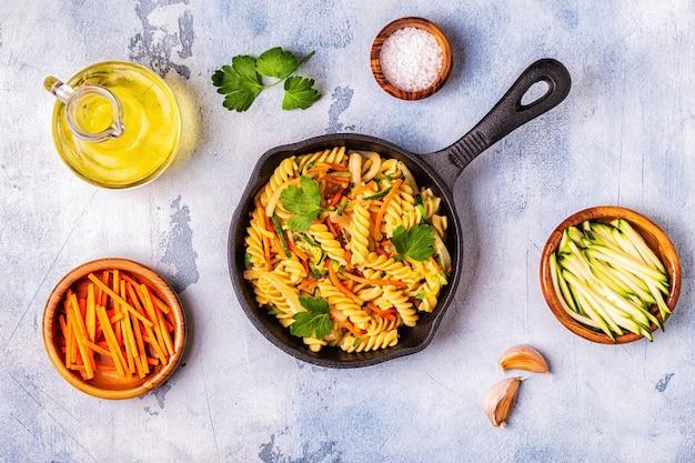 Fusilli-nudeln mit tintenfisch, zucchini und karotten
