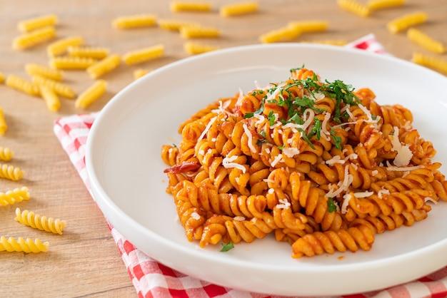 Fusilli-nudeln mit tomatensauce und käse