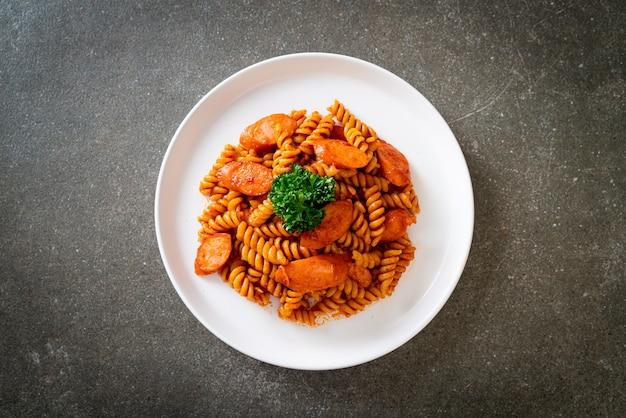 Fusilli-nudeln mit tomatensauce und wurst