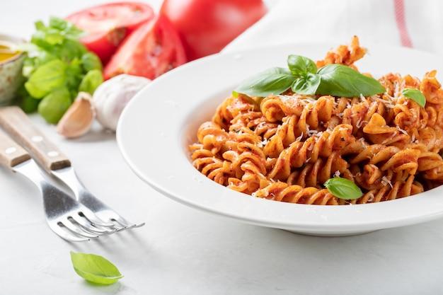 Fusilli-nudeln mit tomatensauce.