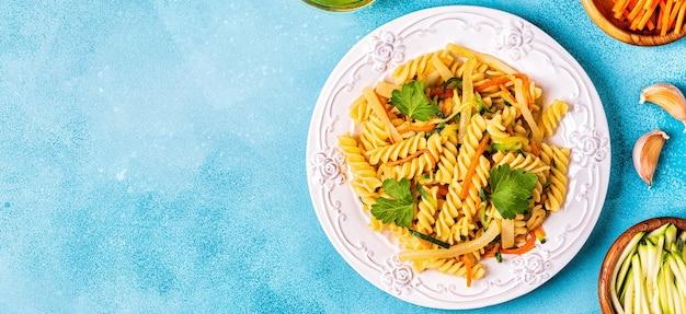 Fusilli-nudeln mit zucchini und karotten