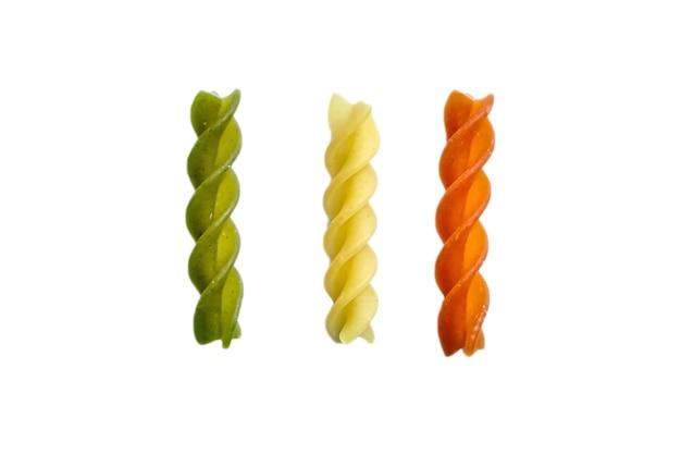 Fusilli tricolore traditionelle italienische nudeln lokalisiert auf einem weiß