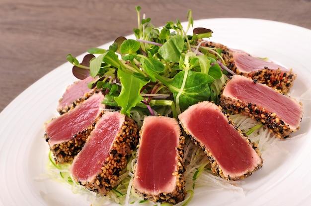 Fusion-küche mit grünem salat